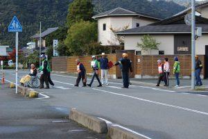 避難誘導班に見守られ、救出救護班員の助けで避難所に向かう要援護者の方々