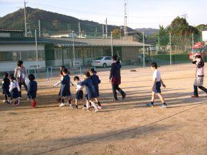 児童たちは静かに教室に帰って行きました。